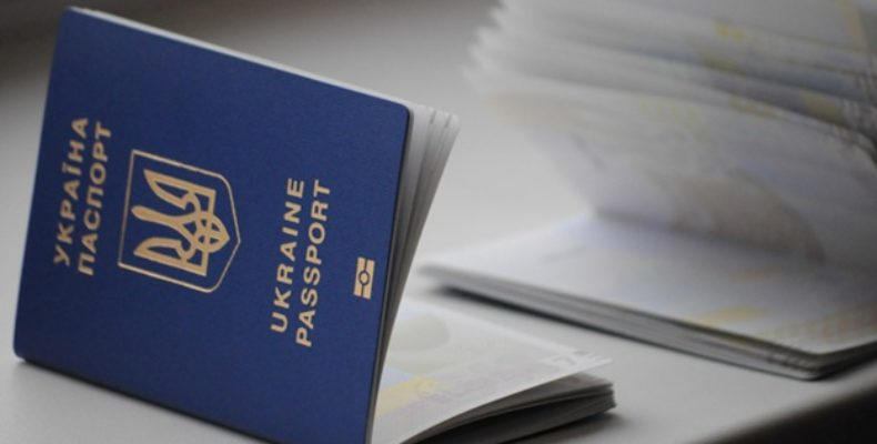 На выезде из Крыма задержали украинку с поддельным загранпаспортом за 2000 долларов