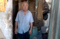 82-летнего мужчину выселили в разваливающийся барак