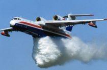 К тушению пожара присоединился самолет-амфибия Бе-200. (видео)