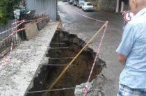 Размытый ливнем участок дороги на улице Виноградной в Ливадии временно перекрыт