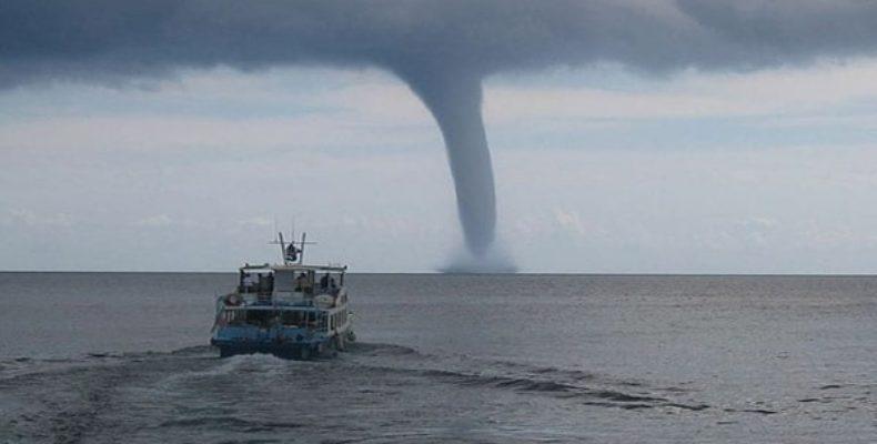 Смерч над морем в Феодосии (видео)