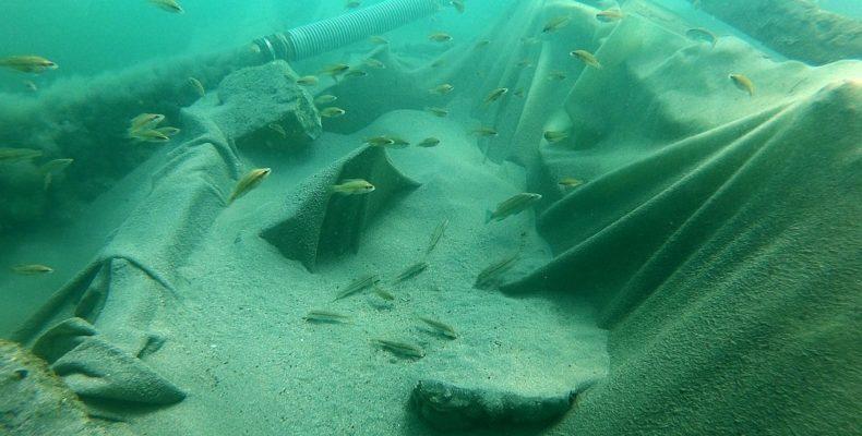 Археологи на затонувшем судне нашли уцелевший флакон духов XIX век