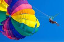 Очень удачливый парашютист случайно приземлился на чей-то гидроцикл (видео)