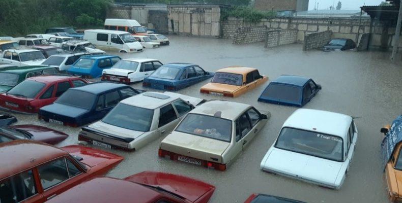 Крым: дождь залил машины, эвакуированные на штрафплощадку