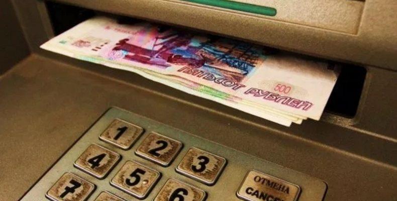 «Манна небесная»! В Севастополе барышня забрала из банкомата не свои деньги