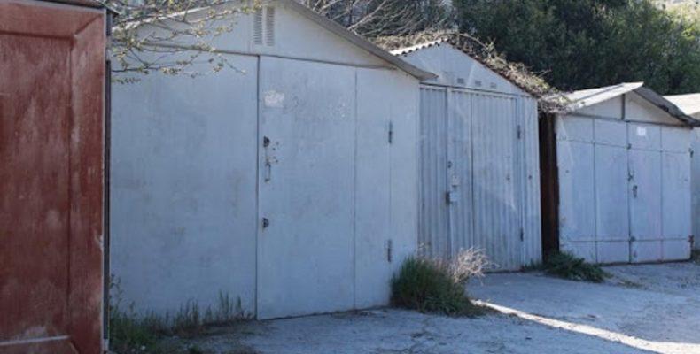 Ялта: на улице Блюхера начали и сразу приостановили демонтаж гаражей