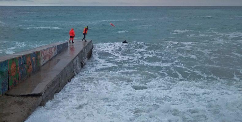 Ялта: мужчину унесло волной в море