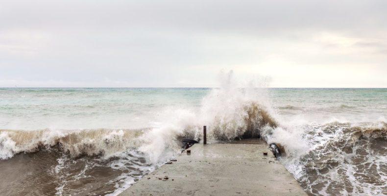 Крым: волной вновь смыло человека