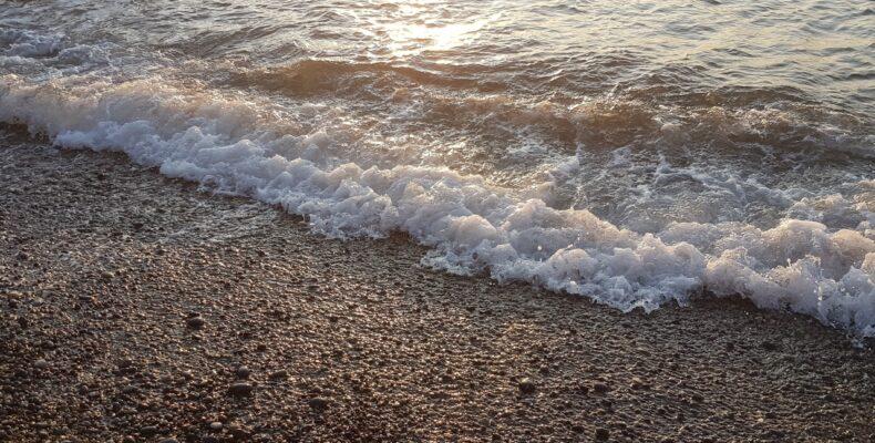 Врач оценил риск заражения COVID во время отдыха на море